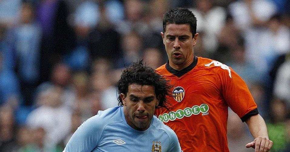 Tevez disputa jogada com Del Horno em amistoso entre Manchester City e Valencia