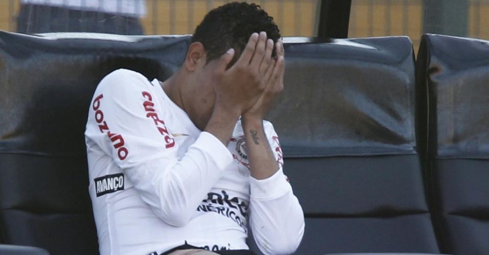 Dentinho lamenta ao ser substituído na partida do Corinthians contra o Flamengo. Atacante sentiu dores na coxa e saiu de campo ainda no primeiro tempo