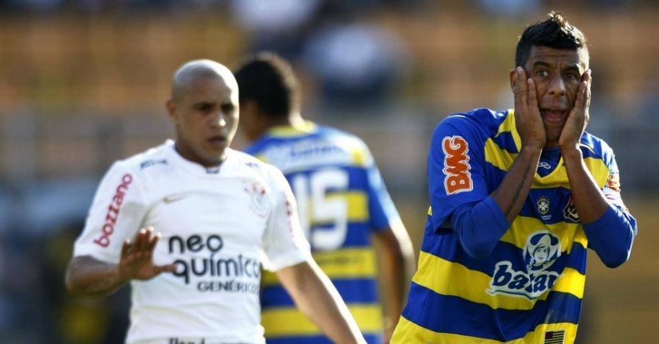 Leonardo Moura, do Flamengo, reclama de marcação de falta sobre Roberto Carlos, do Corinthians