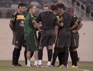 Em seu 1º treino no comando da seleção, Mano esboçou um time titular com Ganso (e) e Neymar