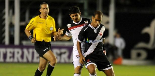 Vascaíno Felipe domina a bola em lance da partida deste domingo contra o Vitória no estádio São Januário