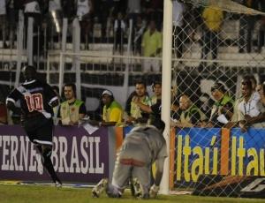 Zé Roberto (10) parte para a comemoração ao abrir o placar para o Vasco contra o Vitória no Rio