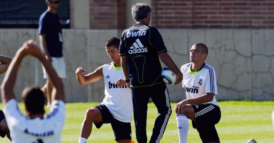 Os portugueses Cristiano Ronaldo, José Mourinho e Pepe conversam em treino do Real Madrid nos EUA