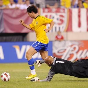 Alexandre Pato dribla o goleiro Tim Howard e marca o segundo gol do Brasil contra os Estados Unidos