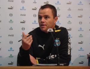 Andrey Lopes definiu o Grêmio em uma formação que varia entre 4-4-2 e 4-5-1 e vê grupo a fim