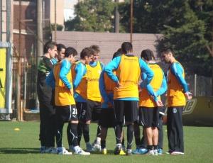 Andrey Lopes mais ouviu do que falou na reunião com os jogadores antes do treino gremista de terça
