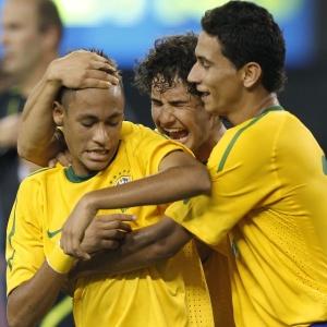 Estrelas da nova geração, Neymar, Pato e Ganso se abraçam no primeiro gol do Brasil ante os EUA