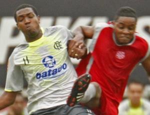 Renato Abreu disputa a bola com o jogador do Bangu durante jogo-treino realizado na Gávea
