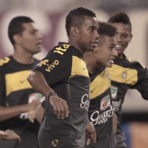 Robinho brinca com Neymar durante treinamento Nova Jersey: faixa de capitão é dele