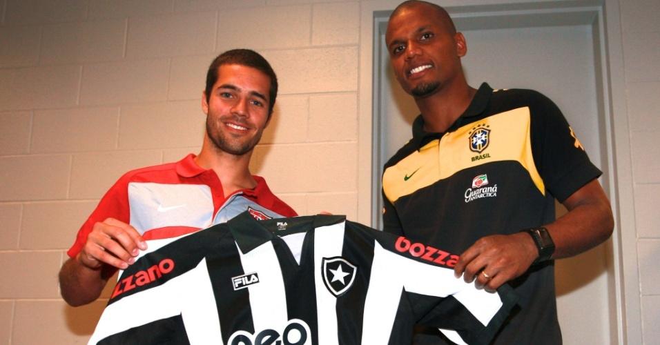 Benny Feilhaber recebe a camisa do Botafogo das mãos do goleiro Jefferson