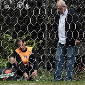 Rodrigo Souto é atendido após torcer o tornozelo; volante ficará em tratamento e pode ser desfalque