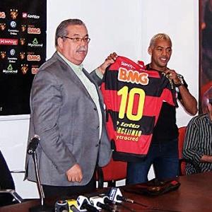 Presidente do Sport, Silvio Guimarães (e), entrega da camisa 10 da equipe para Marcelinho Paraíba