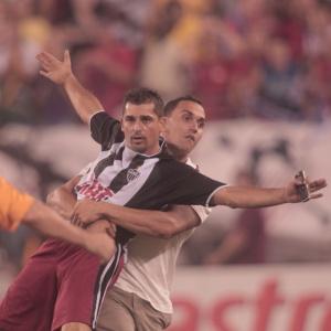 Torcedor com a camisa do Atlético-MG invade o gramado após vitória do Brasil por 2 a 0 sobre EUA
