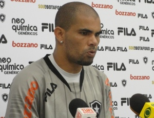 Lateral Alessandro afirmou que nenhuma equipe pode ser apontada como campeã neste momento