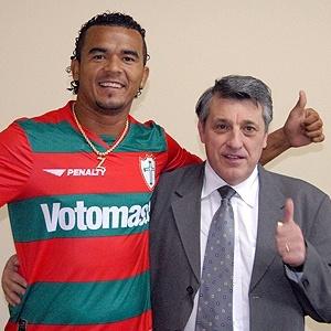 Atacante Zé Carlos ao lado do presidente da Portuguesa, Manuel da Lupa