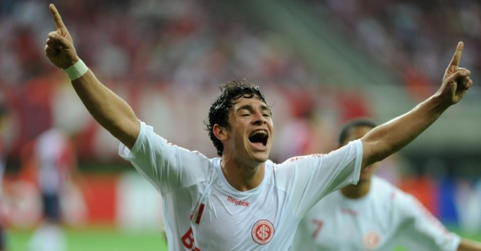 Giuliano comemora o primeiro gol do Inter contra o Chivas