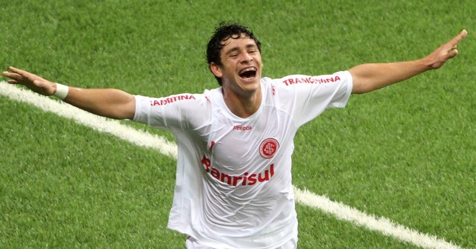 Giuliano comemora o primeiro gol do Inter contra o Chivas na final da Libertadores