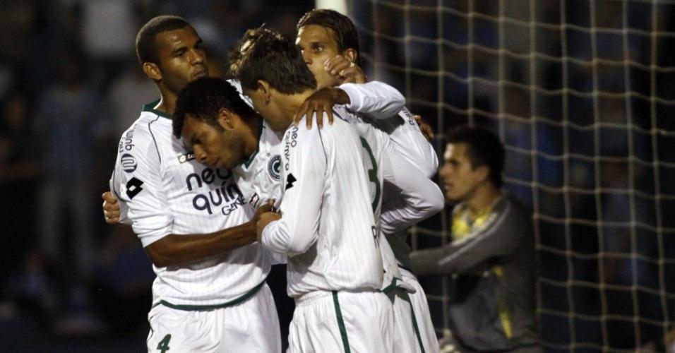Jogadores do Goiás comemoram o gol de Amaral contra o Grêmio