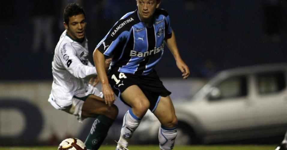 Neuton, lateral-esquerdo do Grêmio, em ação contra o Goiás
