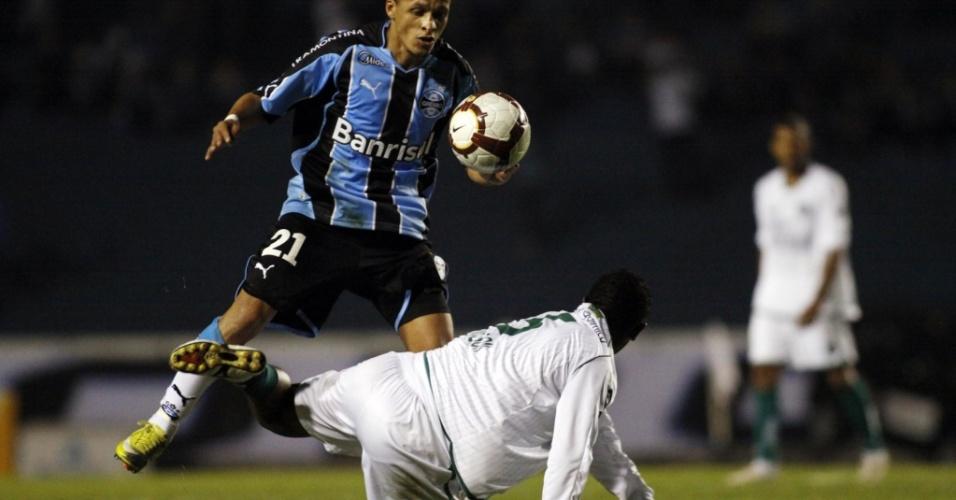 Souza, meia do Grêmio, em ação na partida contra o Goiás