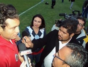 Jornalistas mexicanos cercam Héctor Reynoso, capitão do Chivas, após treino no Beira-Rio