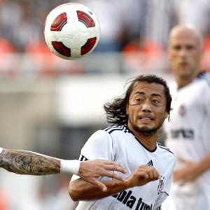 O brasileiro Rodrigo Tabata (dir.), do Besiktas, durante jogo contra o HJK pela Liga Europa