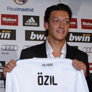 Após assinar contrato por seis temporadas, meia Özil foi apresentado oficialmente pelo Real Madrid