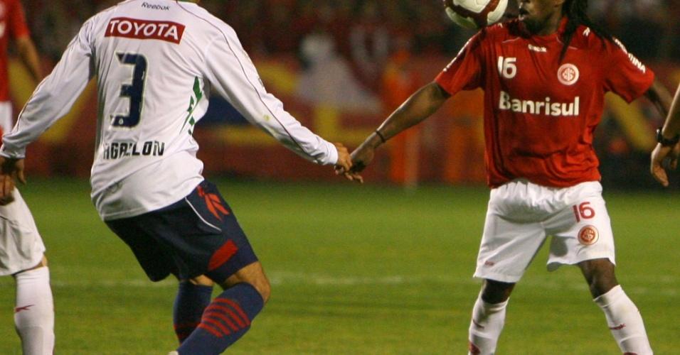 Tinga em ação contra o Chivas na final da Libertadores
