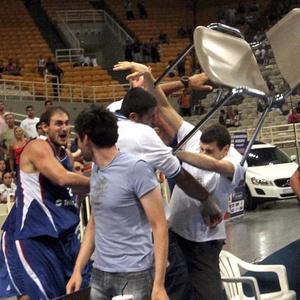 Briga generalizada iniciada pelos atletas suspendeu o jogo entre Grécia e Sérvia em torneio amistoso