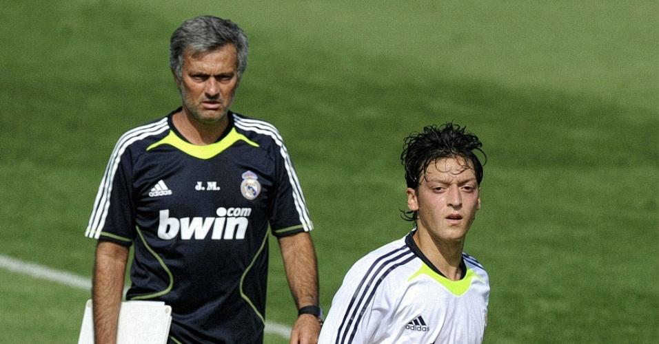 Observado pelo técnico José Mourinho, Mesut Özil faz seu primeiro treino pelo Real Madrid