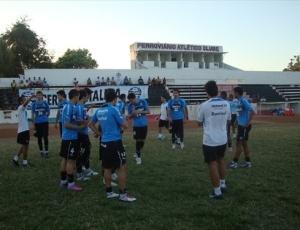 Grêmio treinou em gramado precário na cidade de Fortaleza, tudo para fugir da comemoração rival