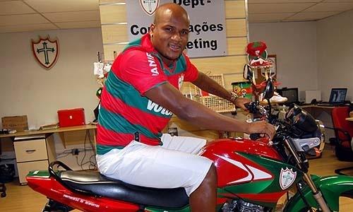 Zagueiro Domingos posa com a moto oficial da Portuguesa