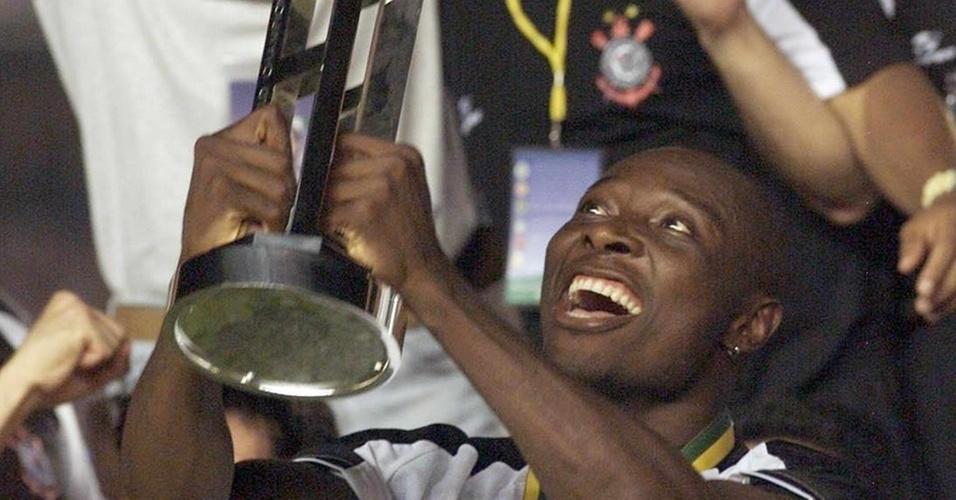 Rincón, capitão do Corinthians, ergue a taça de campeão Mundial de Clubes da Fifa no Maracanã