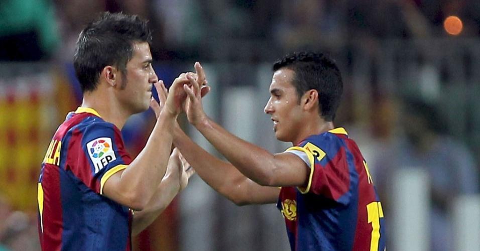 Em sua estreia pelo Barcelona, David Villa (e) substitui Pedro na partida contra o Sevilla pela Supercopa da Espanha