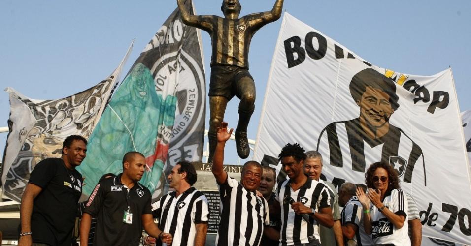 Ex-atacante Jairzinho tem estátua inaugurada no Engenhão