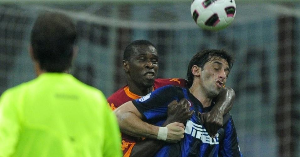 Juan e Milito disputam lance no jogo entre Roma e Inter de Milão