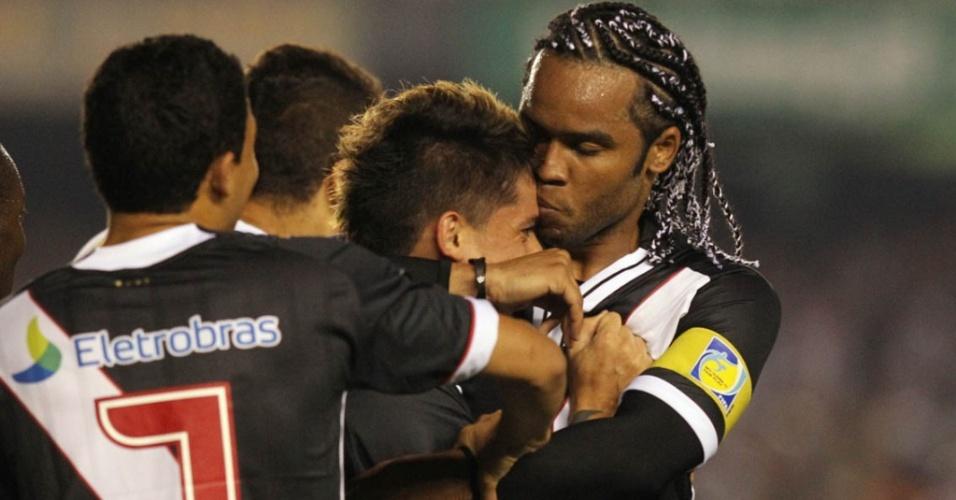Carlos Alberto dá beijo em Fagner após o lateral fazer o segundo gol do Vasco no clássico