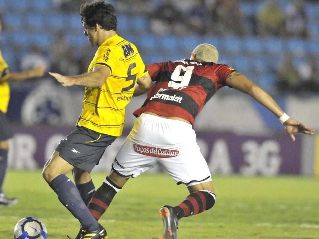 Fabrício e Junior disputam a bola no duelo entre Cruzeiro e Vitória