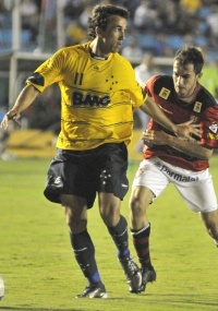 Artilheiro do time, Thiago Ribeiro foi expulso no revés para o Vitória