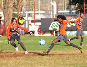 Tinga treinou normalmente no Beira-Rio