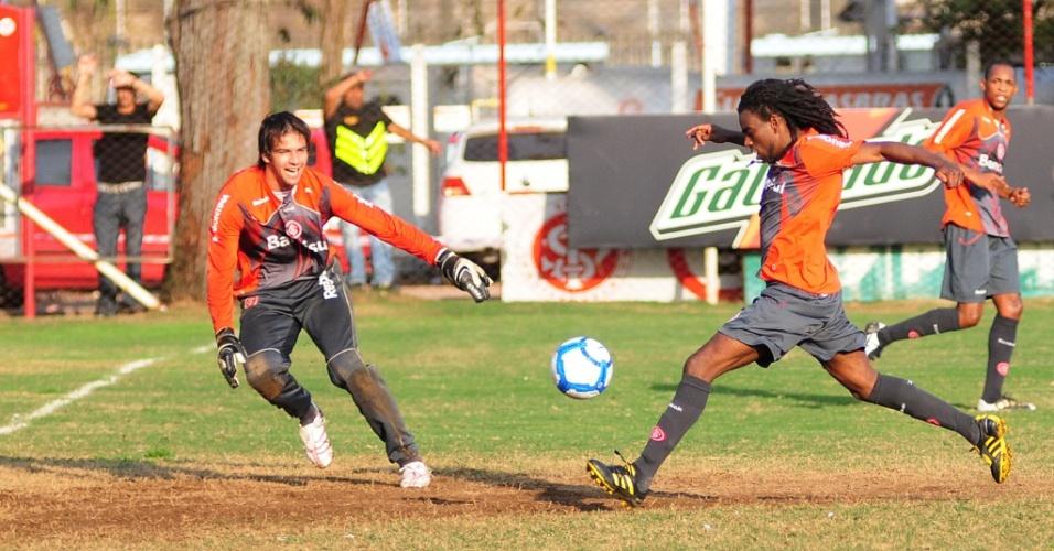 Muriel (e) e Tinga treinam no Beira-Rio