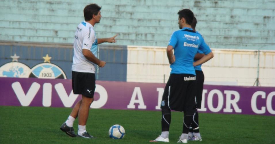 Renato Gaúcho conversa com atacantes do Grêmio