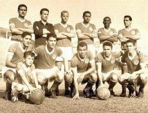 Primeiro da fila, Valdemar Carabina posa ao lado do goleiro Valdir Joaquim de Morais em foto de 1962