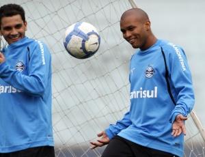 Gabriel, novo lateral-direito do Grêmio, vem realizando trabalhos físicos no estádio Olímpico