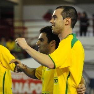 Jogadores do Brasil comemoram gol na vitória sobre a Argentina por 6 a 1 em Anápolis (GO)