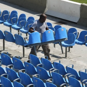 Retirada de cadeiras azuis do anel inferior dá a largada das obras no Maracanã para o Mundial