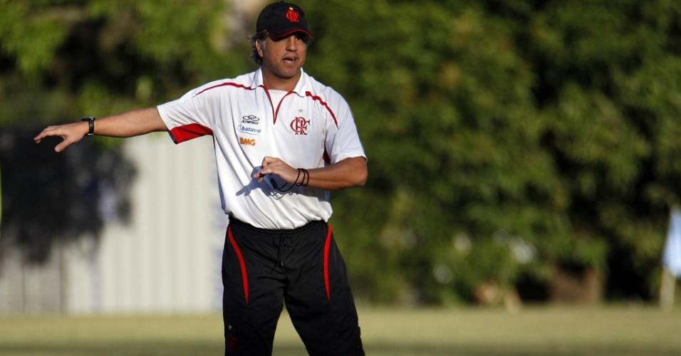 Rogério Lourenço orienta sua equipe em treinamento do Flamengo