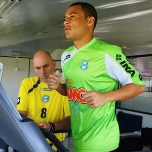 Volante Léo Gago realizou testes físicos e depois assinou contrato de empréstimo com Coritiba