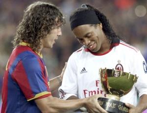 Ronaldinho é homenageado em jogo do Milan contra o Barcelona; Mano não descarta usá-lo