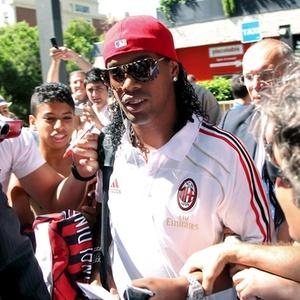 Ronaldinho chega à Espanha para amistoso do Milan contra o Barcelona, seu ex-clube
